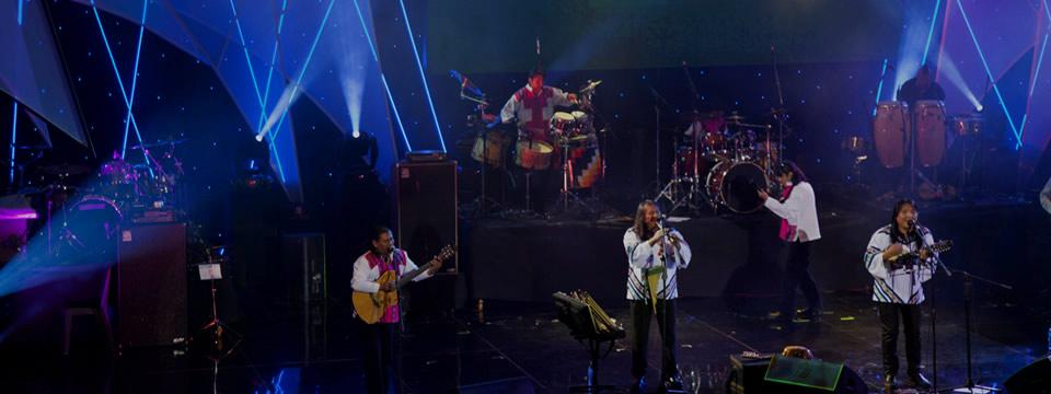 Kalamarka en una presentación en vivo ejecutando la música andina boliviana.