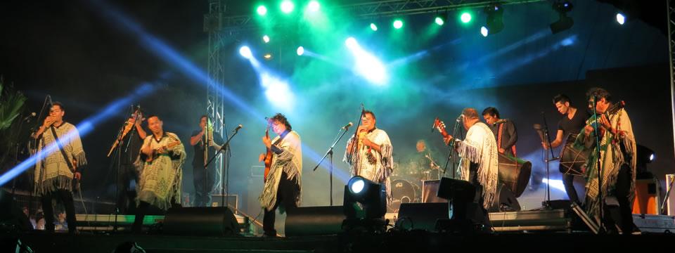 Los Kjarkas en una presentación en vivo ejecutando la música de Bolivia.