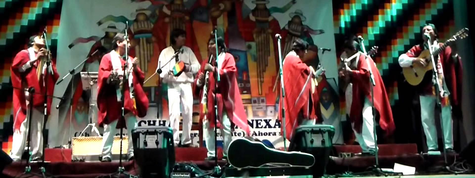 Awatiñas en un presentación en vivo ejecutando la música de Bolivia.